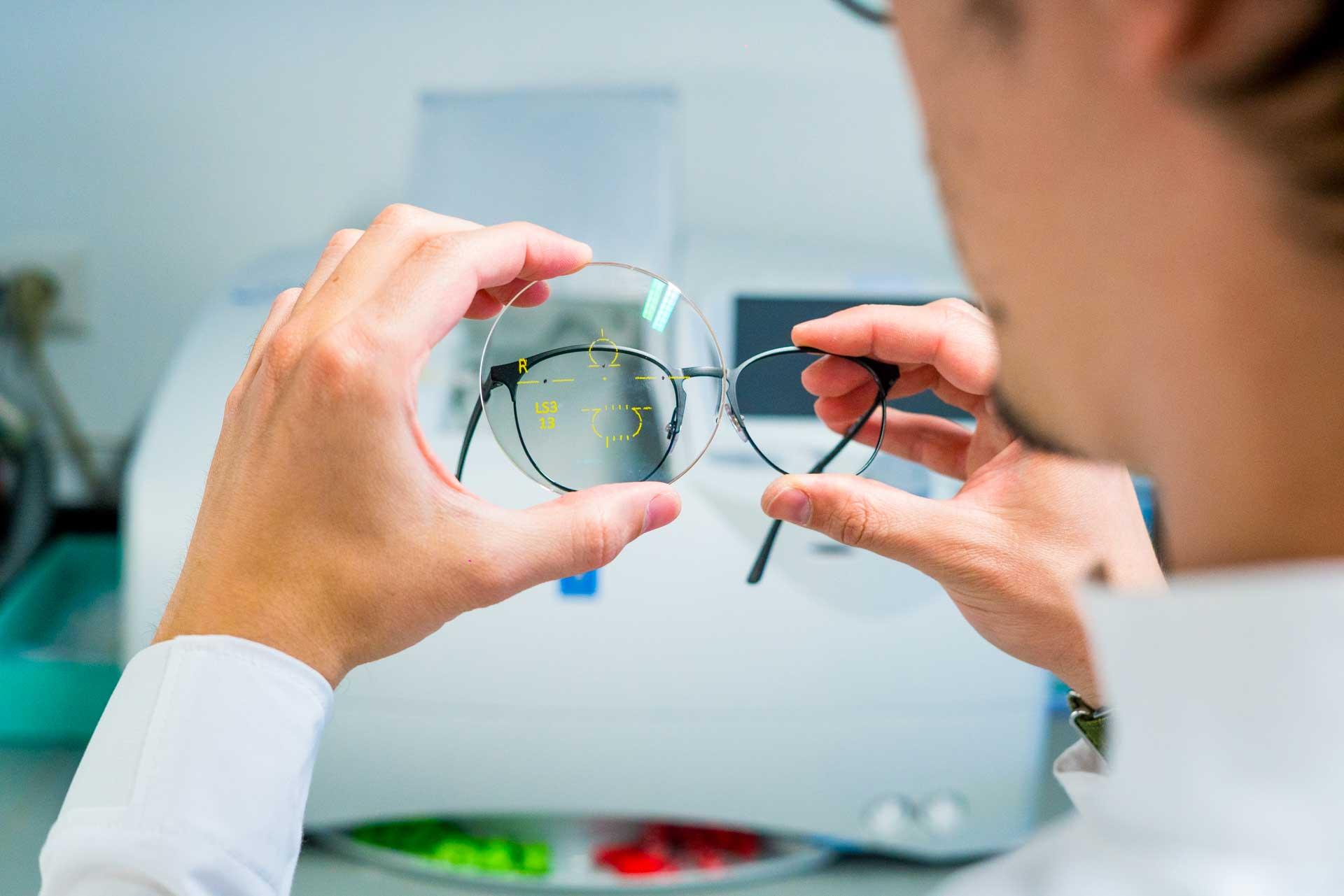 c2ad17561 Le lenti oftalmiche hanno il compito di migliorare le tue giornate e di  mettere al bando tutti quei fastidi che non ti permettono di gioire appieno  del tuo ...